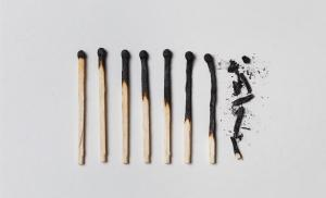 2015/04/jak-dziala-stres-concept-of-patience-a-row-of-burnt-matches-from-left-to-right-from-a-picture-id1091817198.jpg
