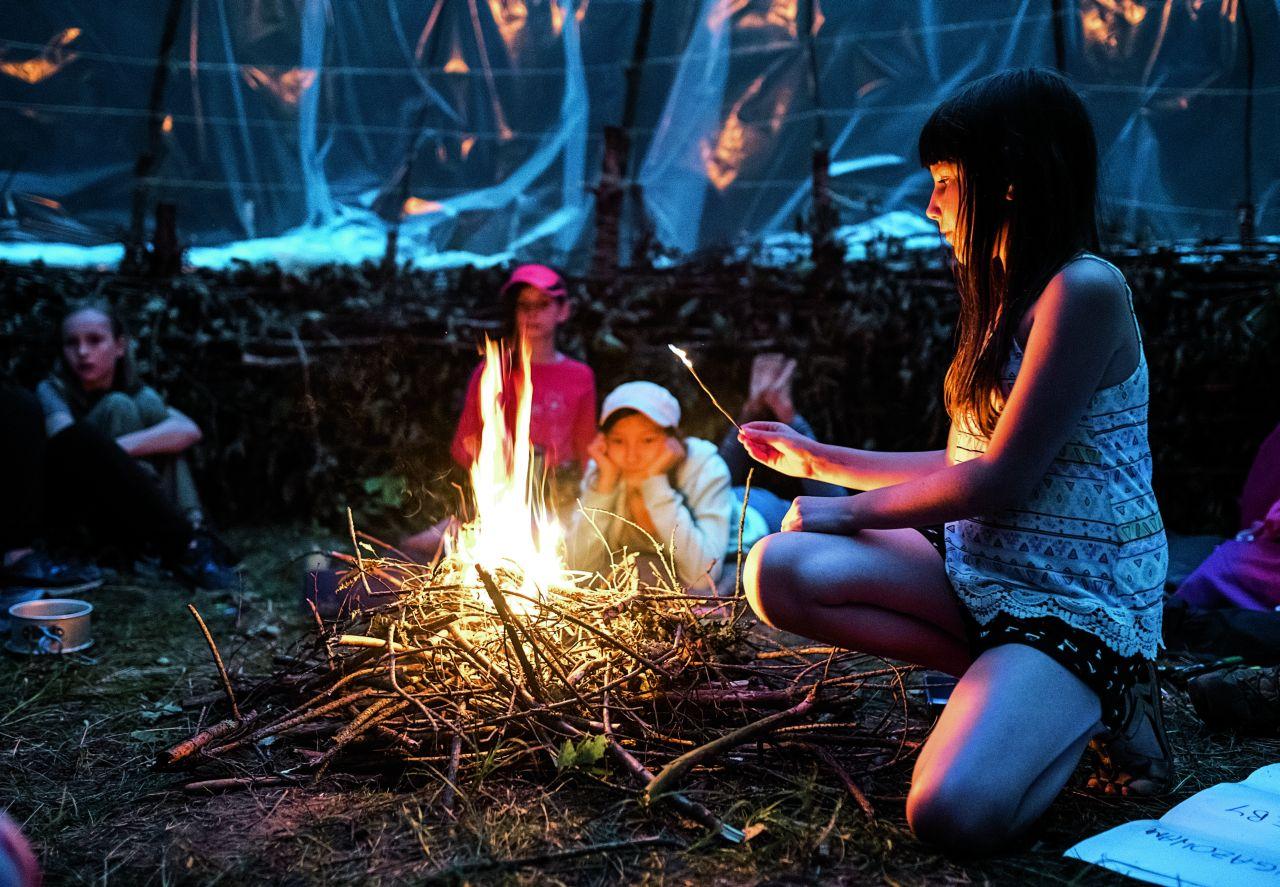 Uczestniczki obozu w jurcie przy ognisku (Fot. Anna Maziuk)
