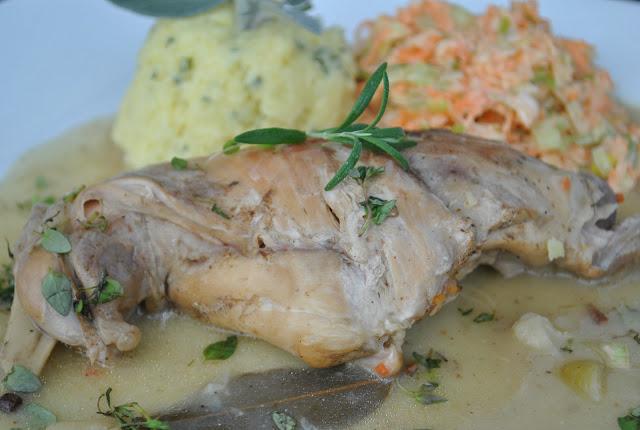 Udko królika duszone w sosie winno-ziołowym z szałwiowymi ziemniakami i surówką z pora (danie główne)