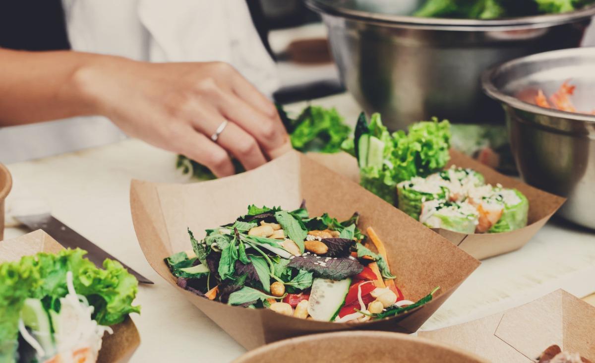 Jak jeść zdrowo w pracy - radzi Maciej Szaciłło