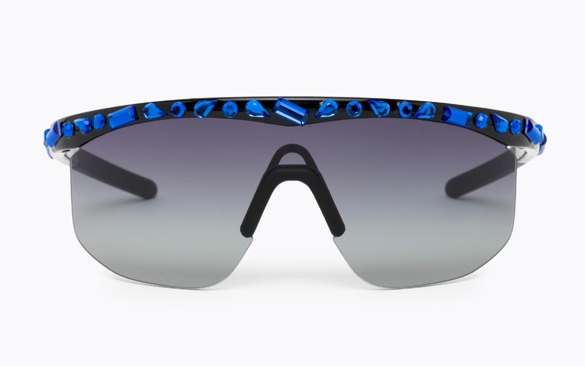 Nowoczesna i odważna rama okularów zawiera cieniowane soczewki i kamienne aplikacje z klejnotów, które dodają jej charakteru glamour.