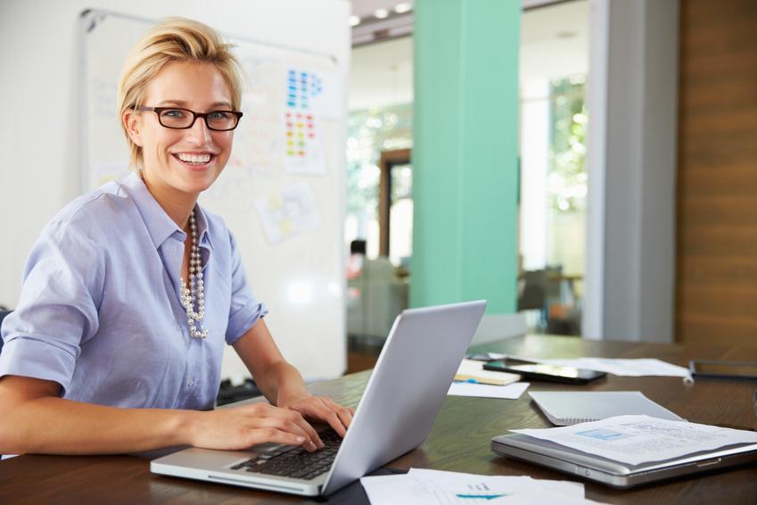 Kobieta za biurkiem – niwelujemy negatywne efekty pracy siedzącej