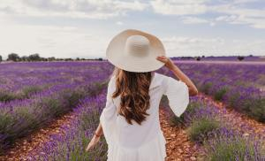 2019/07/inspiracje-na-lipiec-wyslij-umysl-na-wakacje-charming-young-woman-with-a-hat-and-white-dress-in-a-purple-lavender-picture-id1203042962.jpg