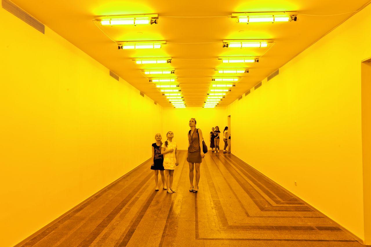 """""""Room for One Colour"""" (1997). Artysta wykorzystał fizyczne właściwości żółtego światła – publiczność oglądała wszystko """"w sepii""""."""
