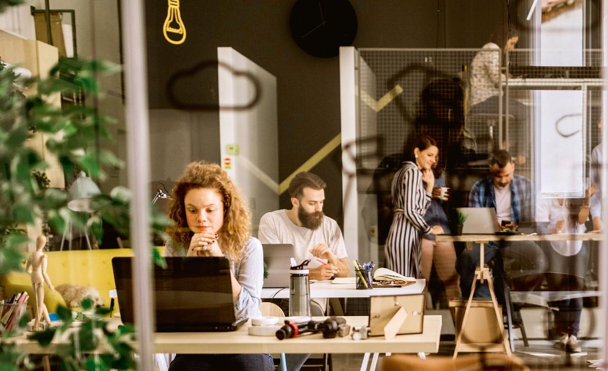 Coworking - co to takiego? Poznaj zalety wspólnych przestrzeni do pracy