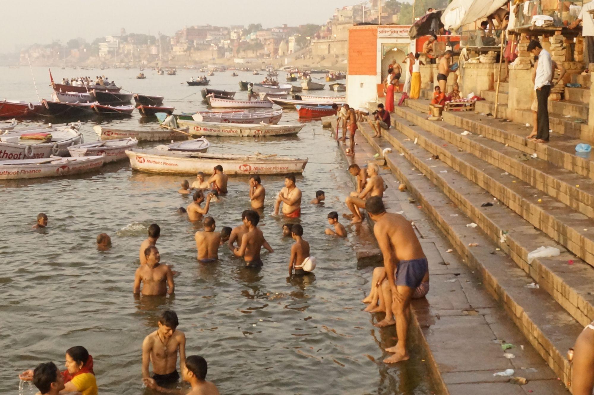 Nad brzegami Gangesu zostawia się modlitwy, prośby, dziękczynienia...