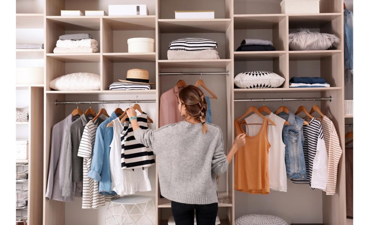 6 rzeczy, które muszą znaleźć się w szafie kapsułowej. Sprawdź, czy masz je u siebie