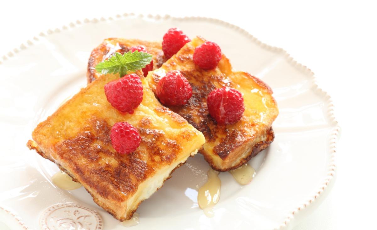 Francuski tost z malinami i kasztanowym miodem