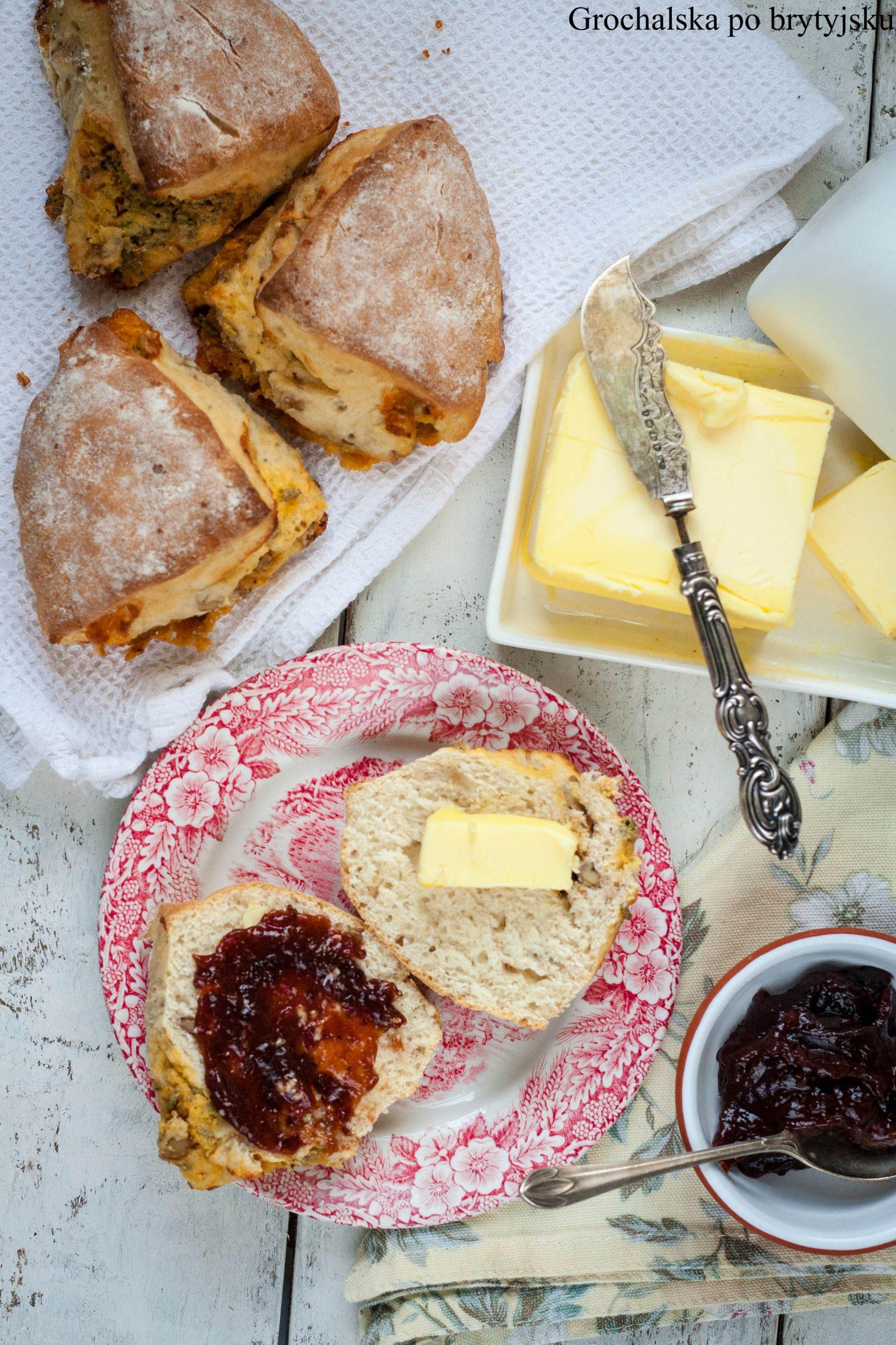 Grochalska po brytyjsku: sconesy z niebieskim serem i orzechami