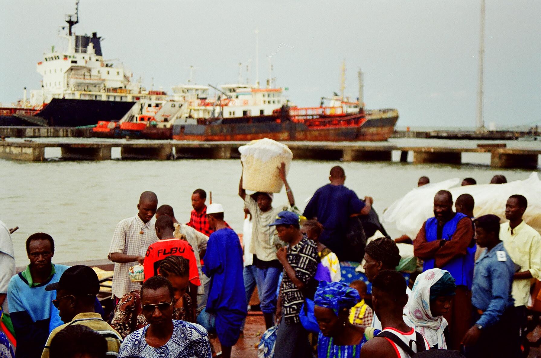 Olga Pietkiewicz / W porcie, załadunek na prom na rzece Gambia. To tu podchodzi do Nahil. Proponuje, że się nami zaopiekuje.