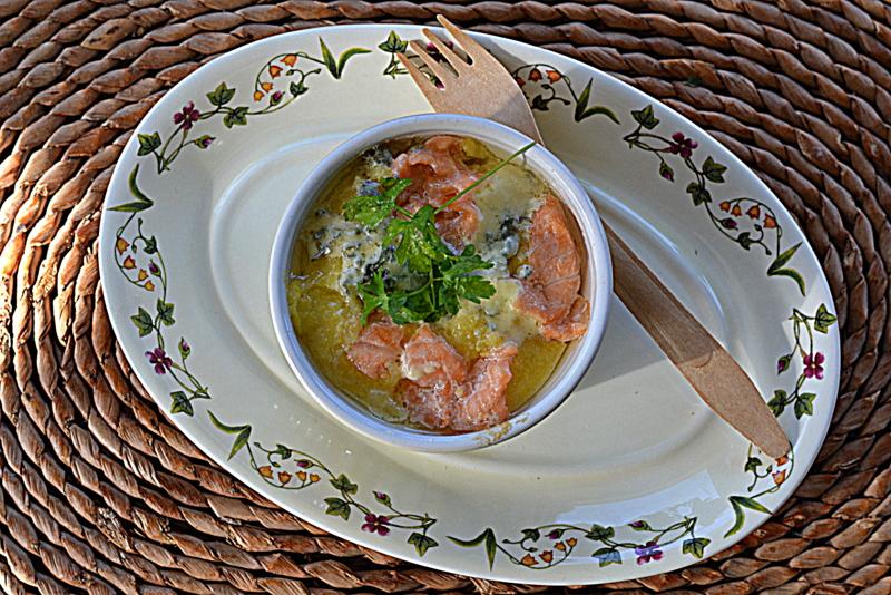Polenta zapiekana z łososiem i serem z niebieską pleśnią