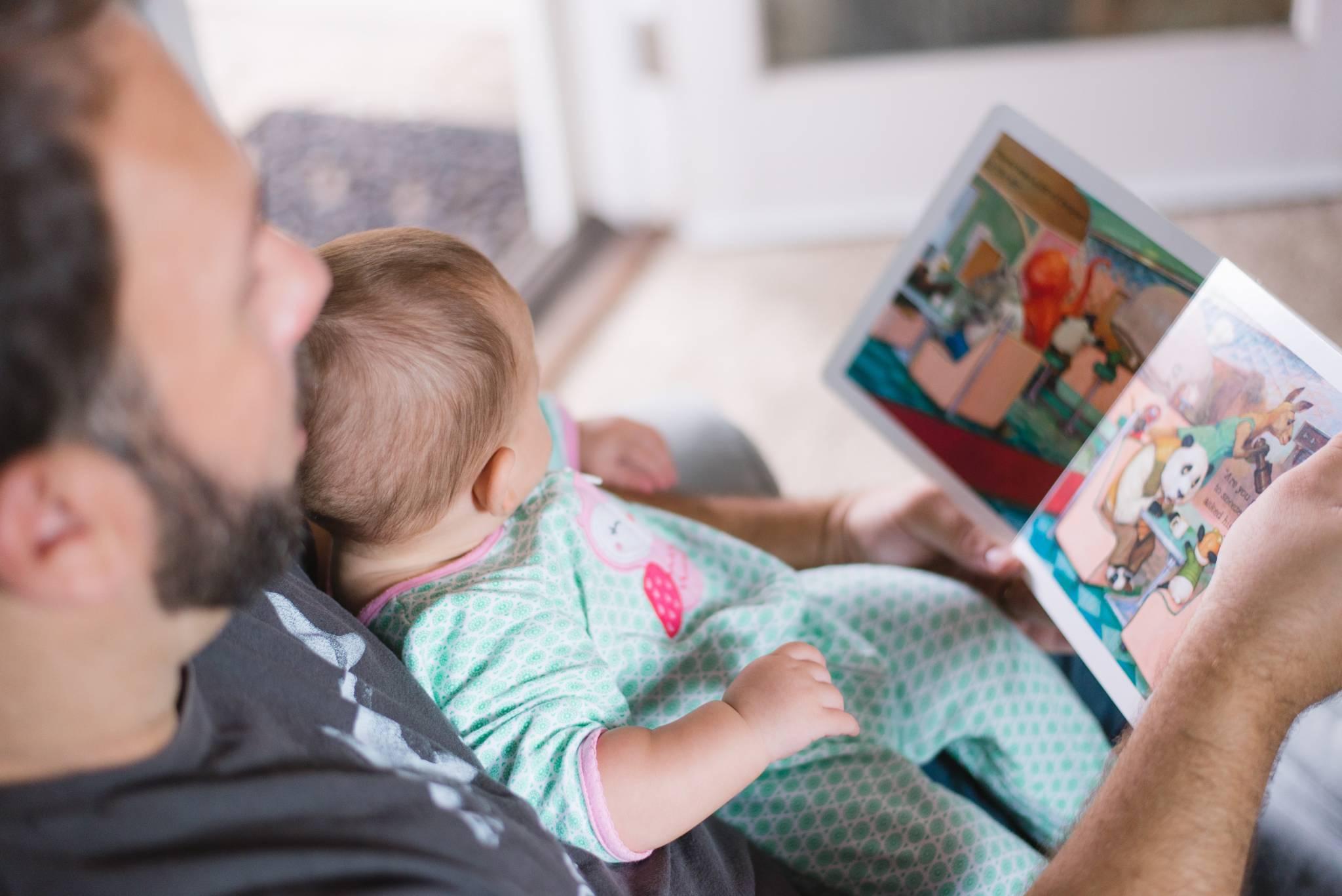 Urlop ojcowski, tacierzyński czy rodzicielski? Tato, sprawdź, z jakich przywilejów możesz skorzystać