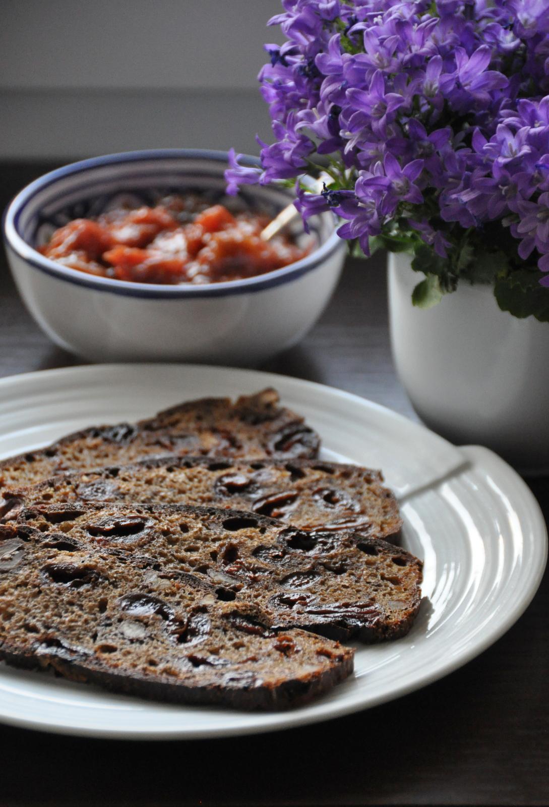 Żytni chleb na zakwasie z suszonymi wiśniami i orzechami włoskimi