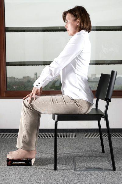 Joga przy biurku - ćwiczenie numer 6: wyrzuć stres z mięśni karku