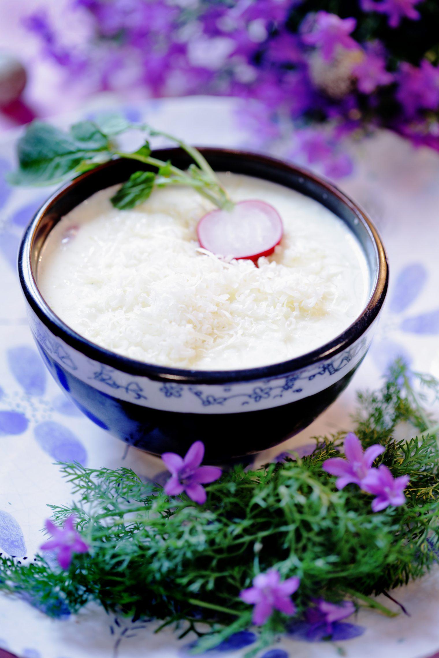 Zupa serowa z rzodkiewkami