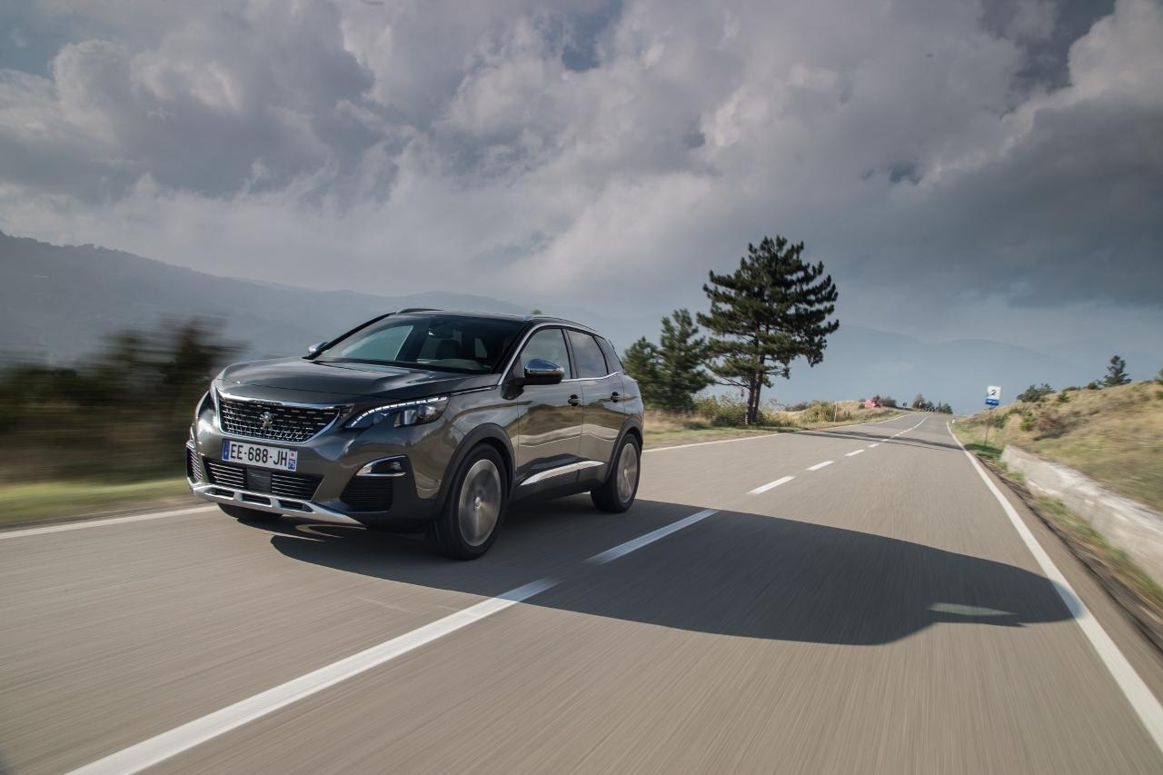 Poruszone zmysły, cyfrowe wrażenia, kompaktowa kierownica i komfortowe podróżowanie – twoje następne auto to SUV?
