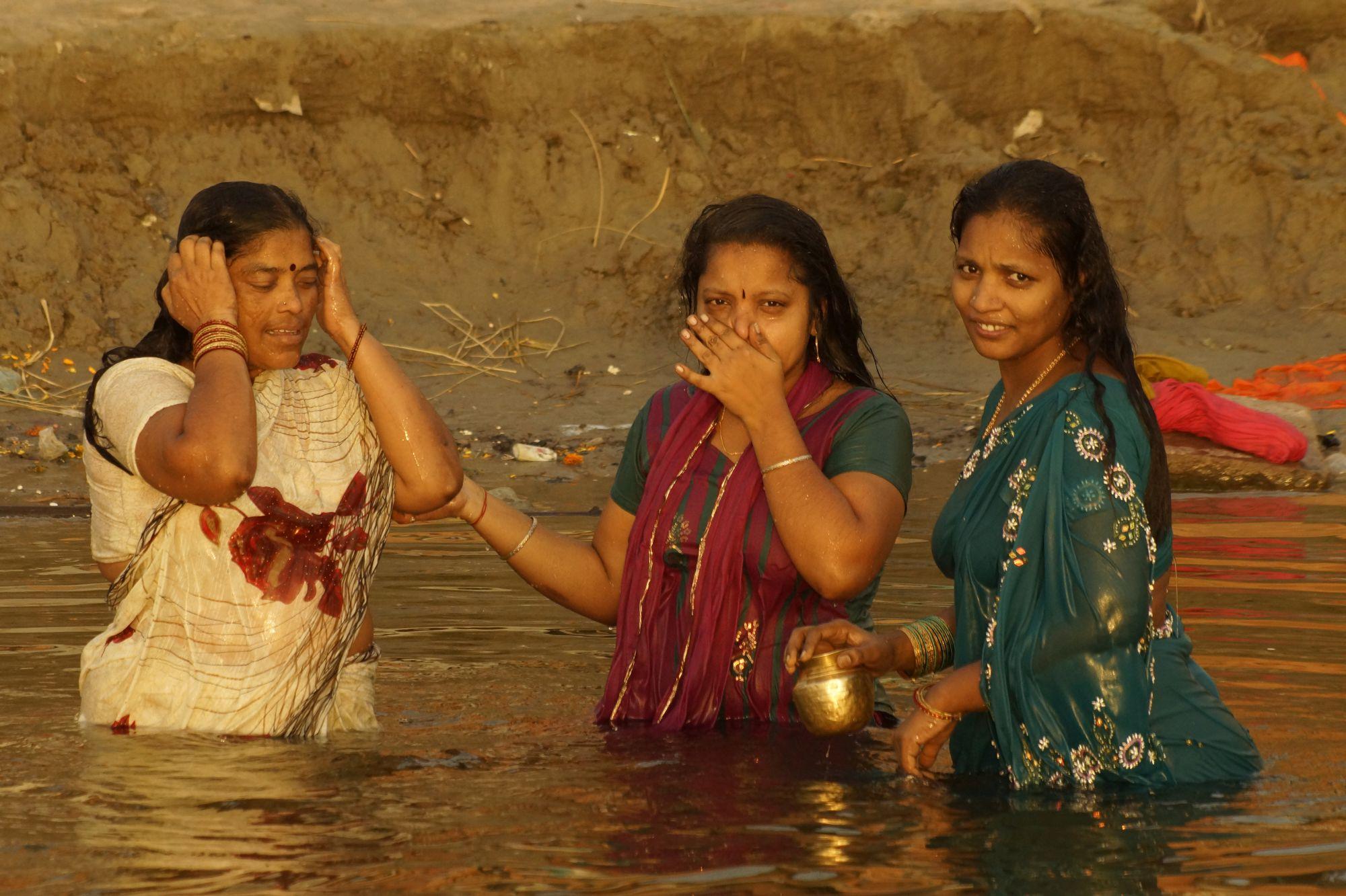 Radosne Hinduski w wodach Gangesu