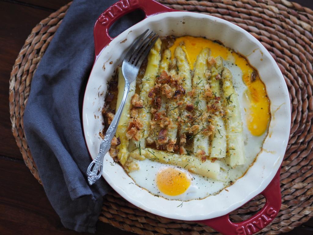 Pieczone szparagi z posypką i jajem