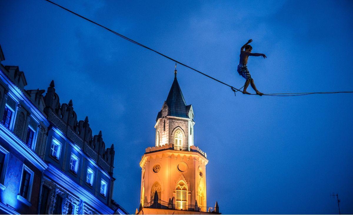 Na Festiwalu Sztukmistrzów w Lublinie można zobaczyć mistrzów slackliningu, sztuki chodzeniana taśmie rozwieszonej między budynkami (Fot. materiały prasowe)