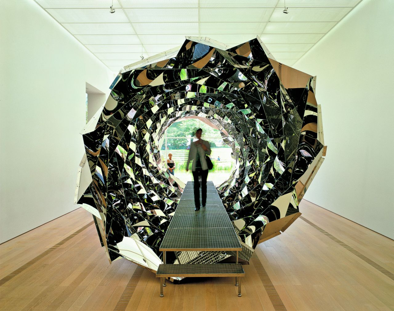 """""""Your Spiral View"""" (2002). ten ośmiometrowy kalejdoskop w zaskakujący sposób odbija rzeczywistość. (Fot. materiały prasowe)"""