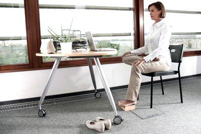 Joga przy biurku: ulga dla bioder i pachwin, ćwiczenie numer 4
