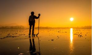 2015/12/jak-budowac-poczucie-wartosci-hockey-player-on-a-frozen-lake-at-sunset-picture-id1058238530.jpg