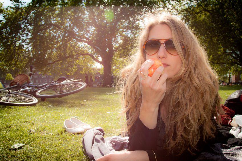 Kobieta_jedzenie_na_trawie