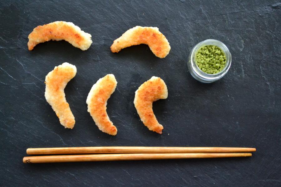 Krewetki w tempurze i sól z herbatą matcha za kuchennymi drzwiami