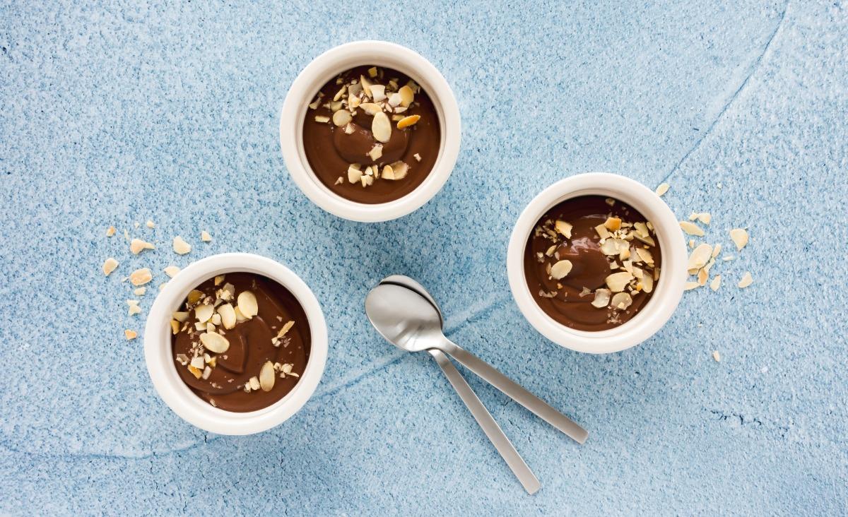 Podmrożony mus czekoladowy z prażonymi migdałami