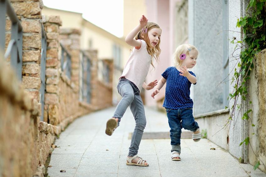 dzieci_bawia_sie_na_ulicy