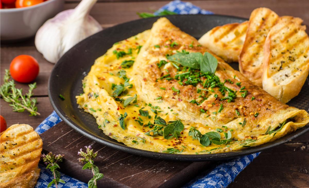 Omlet ze szczypiorkiem i rukolą