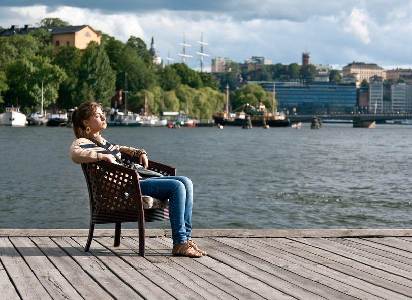 Kobieta odpoczywa na molo