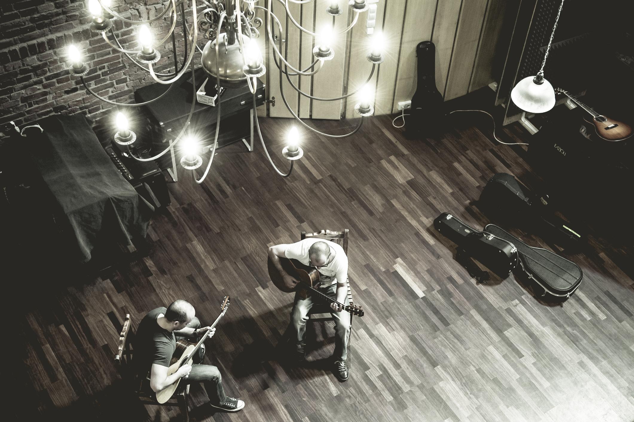 """""""Celuloid"""" polska muzyka filmowa na dwie gitary. Wywiad z Markiem Napiórkowskim i Arturem Lesickim"""