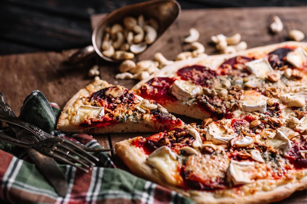 Pizza z pieczonymi burakami i orzechami