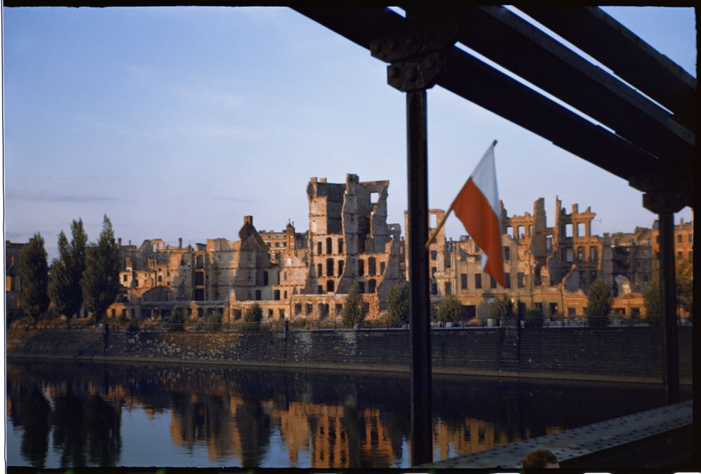 Breslau devenu Wroclaw, en ruine en 1945 - Photo de Henry Cobb.