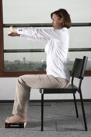 Joga przy biurku: rozciągnij kręgosłup i wzmocnij ramiona, ćwiczenie 9