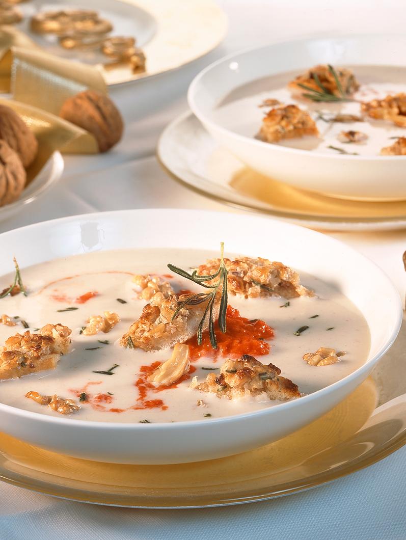 Rozgrzewająca zupa fasolowa-krem z pesto i orzechami