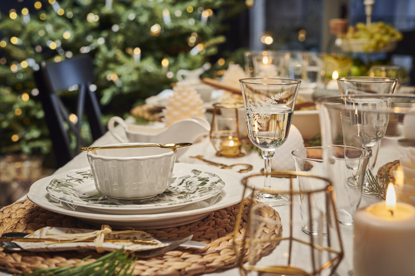 Niech żyją zimowe wieczory przy świątecznym stole! Zadbaj o magiczną oprawę jadalni
