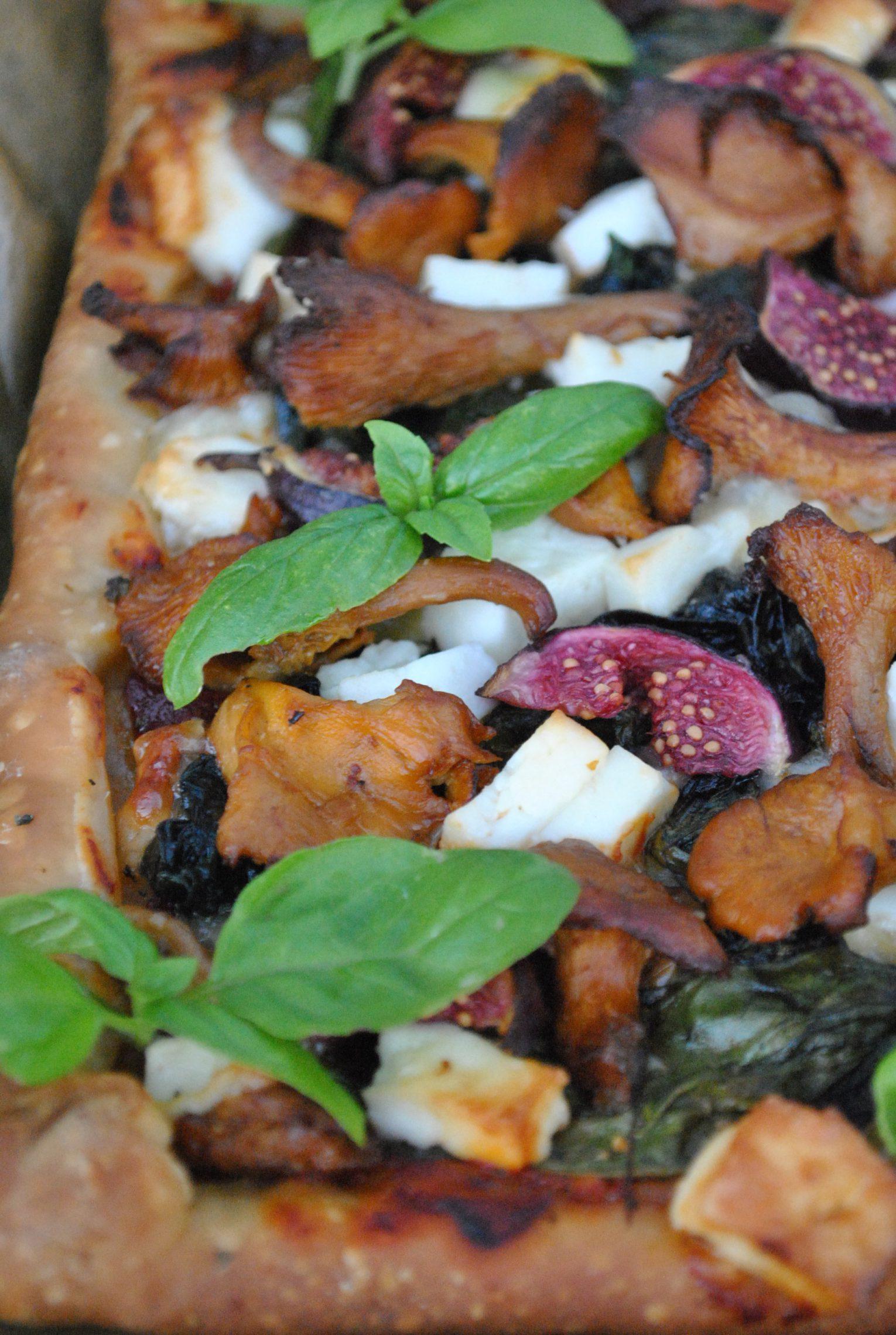 Pizza z kozim serem, figami, kurkami i szpinakiem