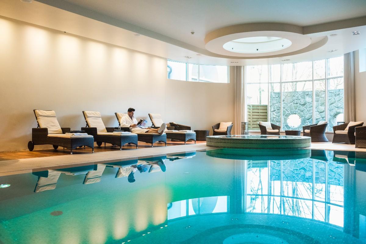 Podczas pobytu w hotelu ukojenie daje bliski kontakt z naturą oraz kompleks SPA Suite - kryty basen z przeciwprądem, jacuzzi, sauny, tureckie łaźnie oraz zabiegi na twarz i ciało. (fot. materiały prasowe)