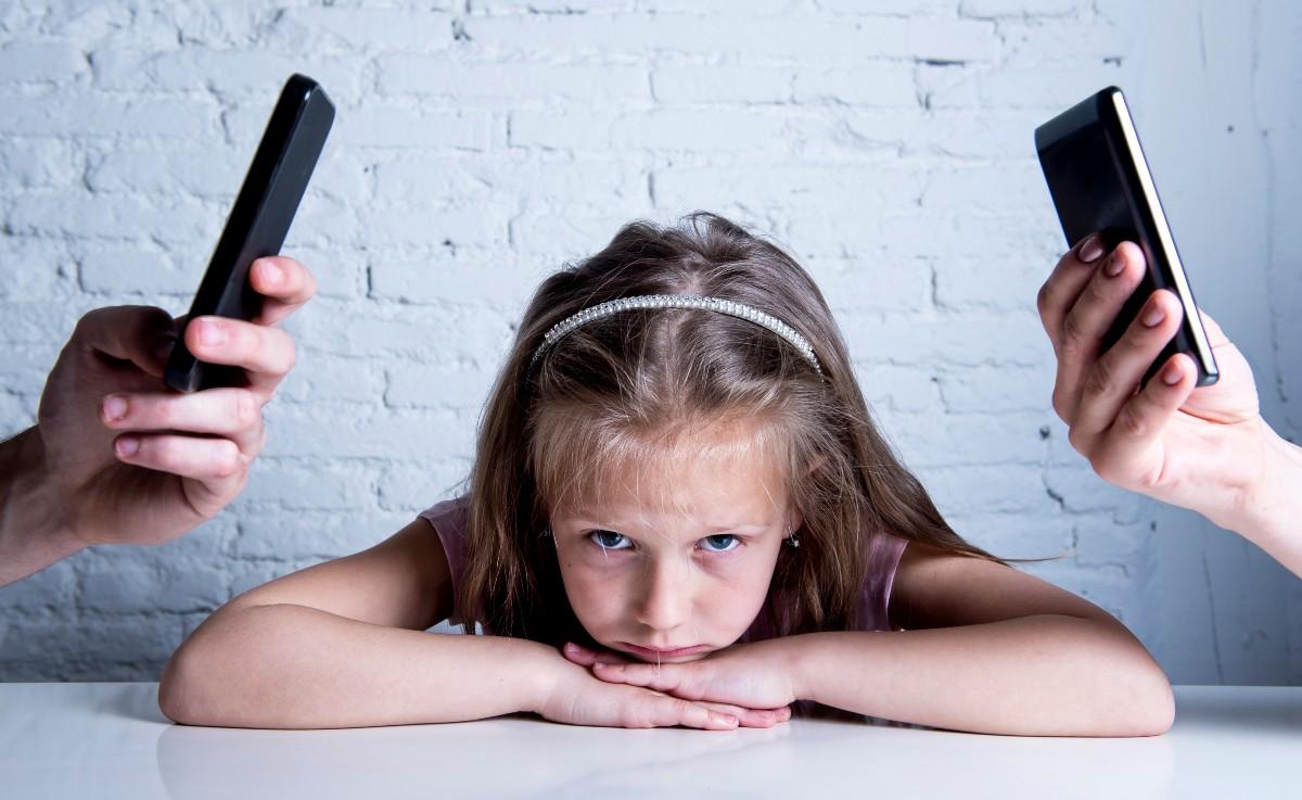 Rodzice porzucają dziecko, kiedy nie uczestniczą w jego świecie. Nie ciekawią się tym, co robi. Nie bawią z nim, bo szkoda im czasu. (Fot. iStock)