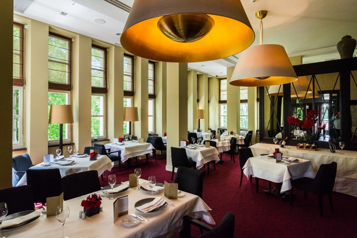 Ucztę dla zmysłów zapewnia również hotelowa restauracja. U stóp Pienin warto skosztować oryginalnych sezonowych smaków jak np. polędwicy z jelenia z purée z kasztana i czarnego czosnku. (fot. materiały prasowe)