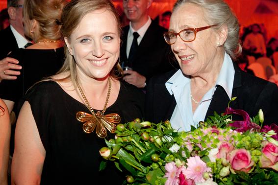 Maja Komorowska, laureatka Nagrody Kryształowe Zwierciadła 2012, z Katarzyną Montgomery, Redaktor Naczelną Magazynu