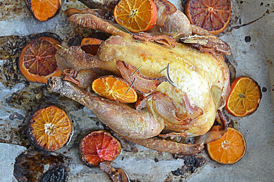Perliczka pieczona w pomarańczach z rozmarynem za kuchennymi drzwiami