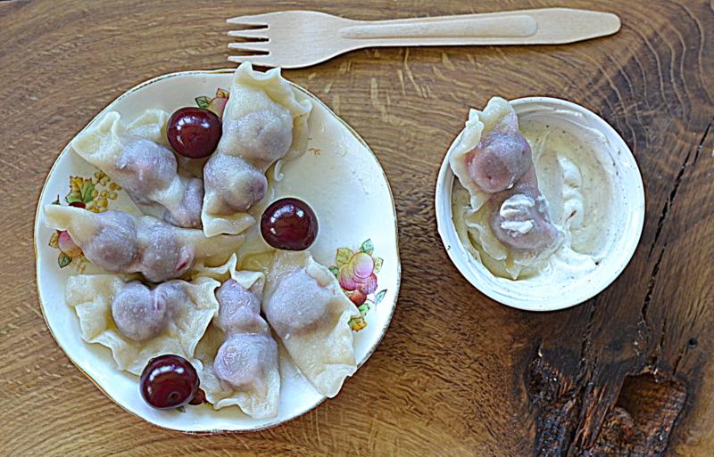 Pierogi z wiśniami i waniliowym sosem