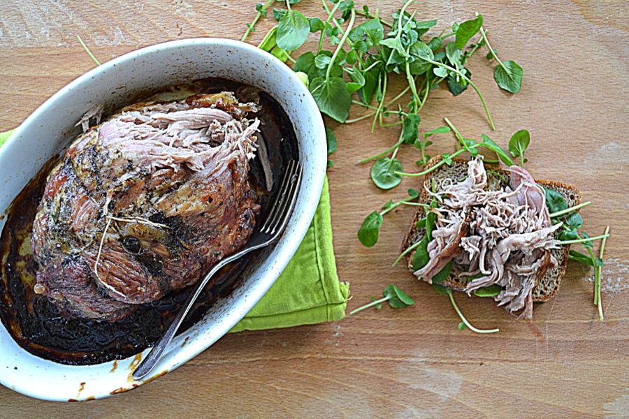 Wieprzowina długo pieczona w piwie za kuchennymi drzwiami