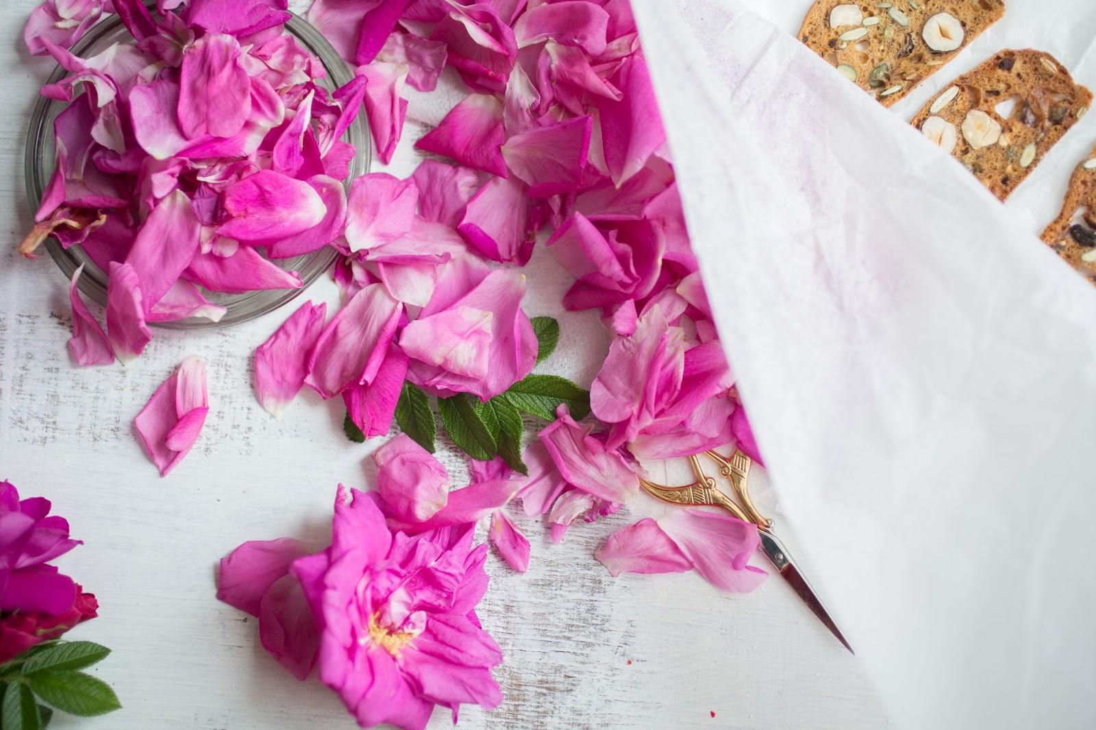 kanapka płatki róży