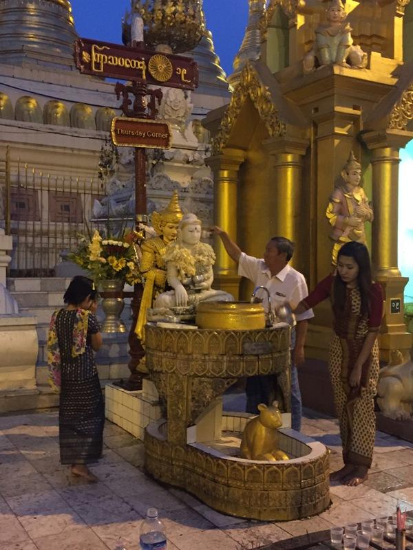 2. Planetarny oltarz przy Shwedagon Paya dla urodzonych w czwartek