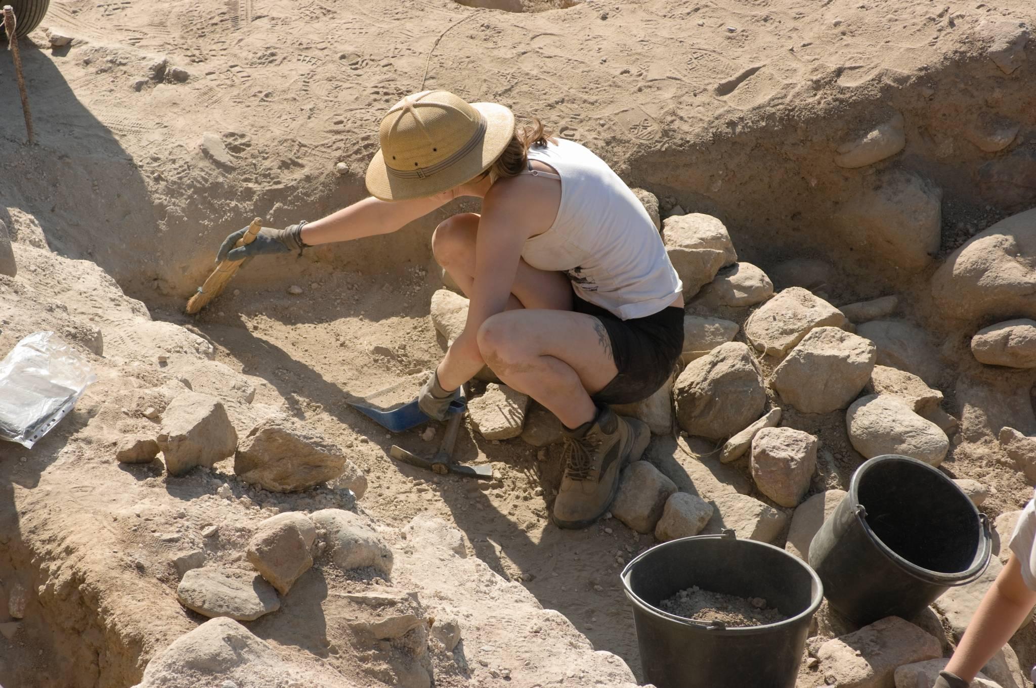 Odkrywanie przeszłości: Jak naprawdę wygląda praca archeologa?