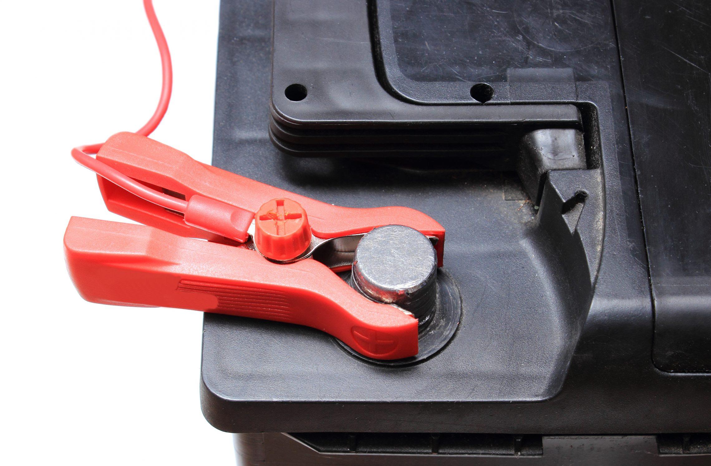 Jak bezpiecznie naładować akumulator?
